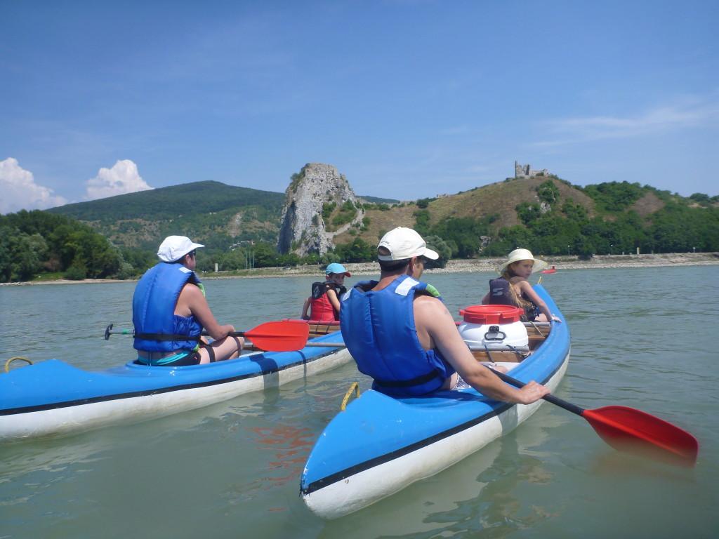 Splav na kanoe s použitím záchranných viest